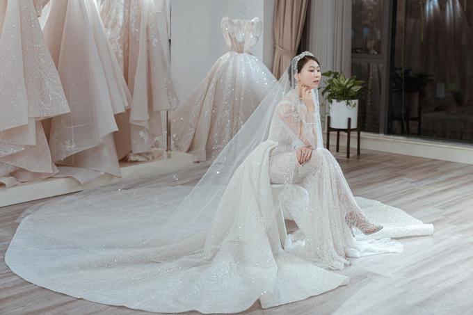 Váy cưới của Cẩm Tú thuộc dòng váy Haute Couture nên tất cả các chi tiết đính kết đều được làm thủ công. Chất liệu cao cấp được tuyển chọn khắt khe.