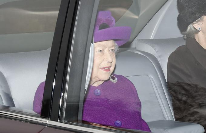 Nữ hoàng Elizabeth II ngồi xe tới thẳng nhà thờ ở Sandringham sáng 5/1. Ảnh : PA.