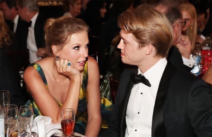 Taylor Swift say sưa trò chuyện với bạn trai trong khi chờ đến buổi lễ Quả cầu vàng. Ánh mắt nữ ca sĩ 30 tuổi đong đầy yêu thương và trìu mến.