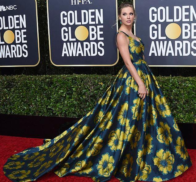 Trước đó, Taylor chụp ảnh một mình trên thảm đỏ. Cô diện bộ đầm hoa bồng bềnhkết hợp với khuyên tai ngọcmàu xanh.
