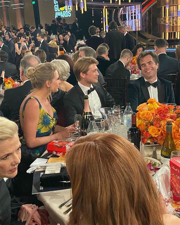 Cặp sao hẹn hò từ năm 2017 qua duyên mối lái của cô bạn Emma Stone. Khi đó,Joe Alwyn còn là diễn viên chưa mấy tên tuổi ở Anh. Trong hai năm qua, Joe đã trở thành ngôi sao nổi tiếng khi góp mặt trong bộ phim điện ảnhThe Favourite.