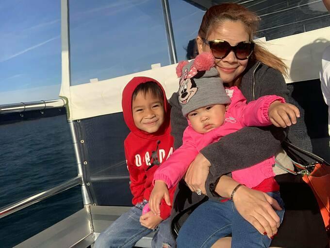 Ca sĩ Thanh Thảo đuốivì vật lộn với con nhỏ suốt hai tiếng trên tàu.