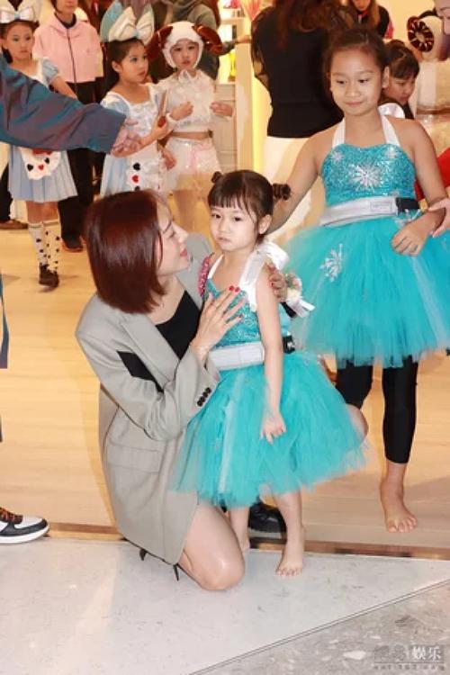 Con gái út của vợ chồng Trần Hạo Dân vẫn còn đang ở tuổi nhõng nhẽo mẹ.