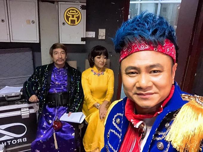 Tự Long cùng nghệ sĩ Quang Thắng, MC Thảo Vân trong hậu trường một chương trình biểu diễn để giúp đỡ các bệnh nhân và các em nhỏ ở xóm chạy thậnTP Hà Nội có thêm cái Tết ấm áp.