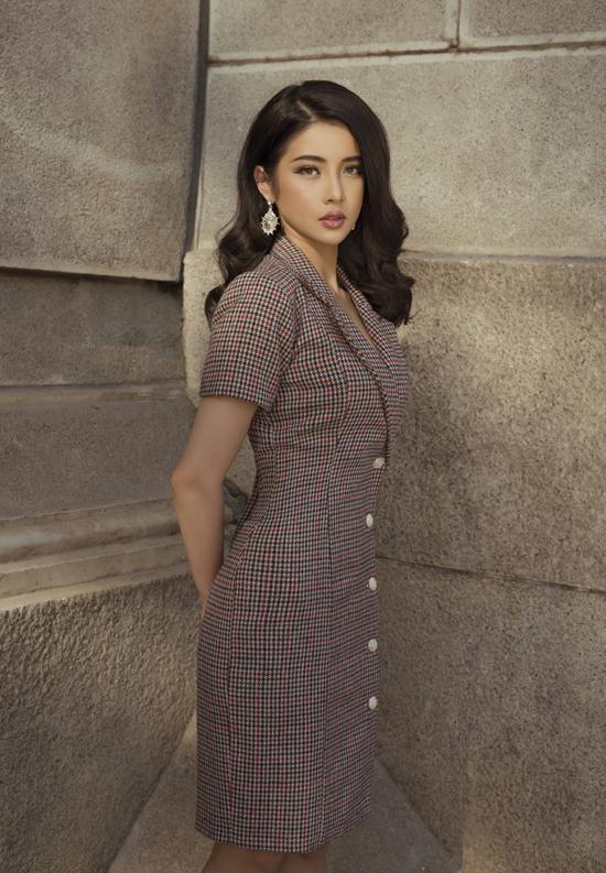 Mốt váy vest còn được thể hiện trên chất liệu vải bố, vải họa tiết ca rô với tông màu tươi sáng.