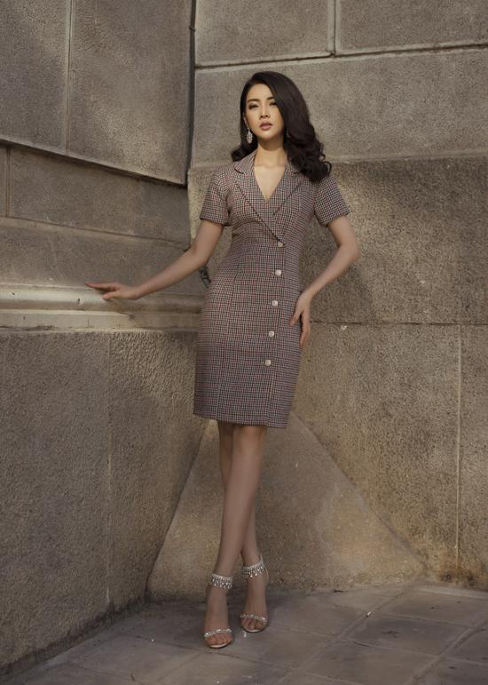 Đầm cài nút mang hơi hướng phong cách cổ điển giúp người mặc tôn đường cong gợi cảm nhưng vẫn giữ được nét trang nhã khi đến văn phòng.