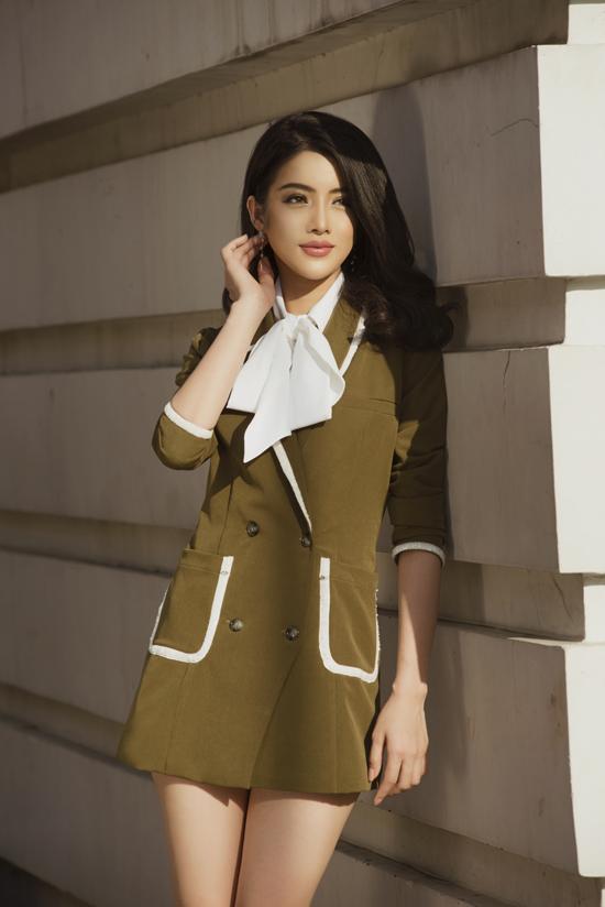Váy vest vừa thanh lịch vừa sexy với cách phối màu ấn tượng giữa tông xanh rêu và đường viền trắng mang lại sự trẻ trung cho người mặc.