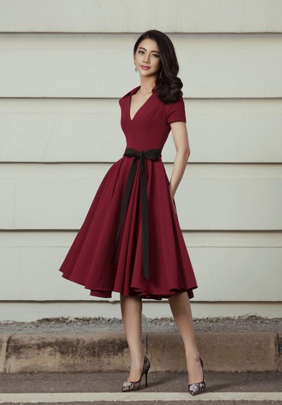 Lấy cảm hứng từ những mẫu váy thịnh hành ở những năm 1960, nhà mốt Việt mang tới mẫu đầm thắt nơ cho các nàng yêu phong cách điệu đà.