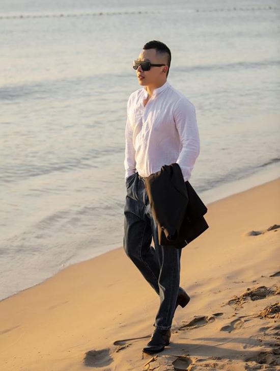 Vũ Khắc Tiệp thảnh thơi dạo biển ở Phú Quốc giữa tin đồn bị đánh vì nợ nần, hôm 4/1.