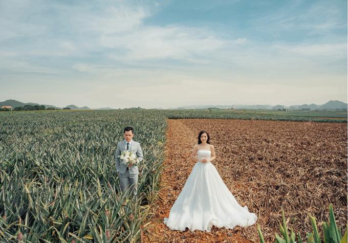 Cô dâu Trà My (nhân viên văn phòng công ty Nhật, Hà Nội) và chú rể Hoàng Nam (chủ doanh nghiệp tuyển dụng, đào tạo nhân sự) chọn Ninh Bình làm nơi ghi lại khoảnh khắc hạnh phúc trước đám cưới.