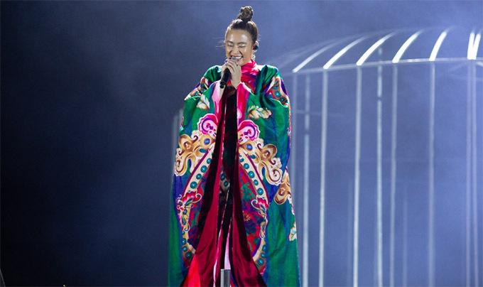 Nữ ca sĩ tiếp tục gây bất ngờ với bộ cánh rộng, tạo hình như nữ đạo sĩ khi hát Duyên âm. Màn trình diễn của Hoàng Thuỳ Linh khiến hàng nghìn khán giả phấn khích, cổ vũ nồng nhiệt.