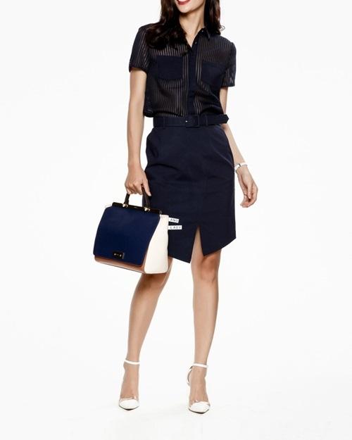 Chân váy bút chì xẻ vạtnằm trong bộ sưu tập hè của Mimi với tên French Elegance, lấy cảm hứng từ phong cách tối giản thập niên 1990. Điểm nhấn của sản phẩm là thiết kế xẻ vạt xéo trẻ trung cùng đường may cắt cúp ôm gọn cơ thể. Đi kèm là thắt lưng vải cứng (một mặt vải, một mặt da) có thể tháo rời. Chất liệu vải kaki mỏng co giãn, mềm mại. Sản phẩm lọt top bán chạy trên Shop VnExpress, giá 1,399 triệu đồng.