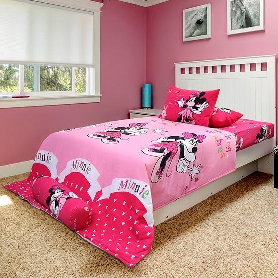 Với những bé gái dễ thương hoặc các nàng nữ tính, bộ drap in hình chuột Minnie màu hồng là lựa chọn lý tưởng giúp tô điểm thêm cho không gian phòng ngủ. Bộ sản phẩm ngoài drap giường kích thước 2 m x 1,6 m còn đi kèm chăn bông kích thước 2 m x 2,2 m. Hai vỏ gối nằm có kích thước cơ bản, dài 65 cm và ngang 45 cm. Sản phẩm có giá 1,9 triệu đồng trên Shop VnExpress, giảm 21%.