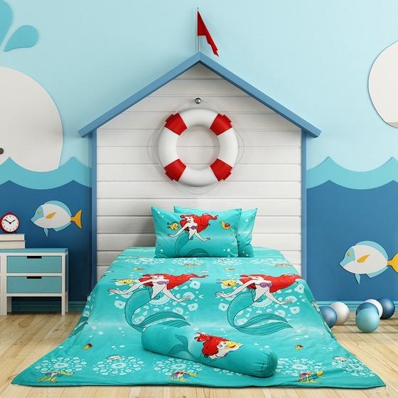 Thêm một bộ drap giường khác dành cho các bé yêu thích các bộ phim hoạt hình Disney. Bộ drap in hình nàng tiên cá Ariel có tông màu xanh ngọc tươi mát. Sản phẩm làm từ chất liệu 100% cotton thoáng mát, êm ái, mềm mại với da trẻ em. Sản phẩm có giá 1,9 triệu đồng, giảm 21% so với giá gốc.