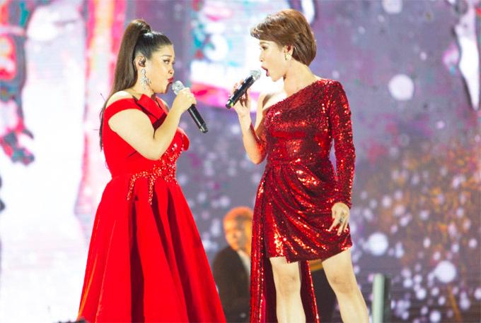 Uyên Linh song ca cùng đàn em Bích Ngọc trong đêm đại nhạc hội.
