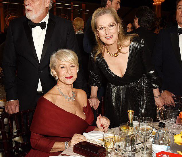 Helen Mirren (trái) và Meryl Streep tại lễ trao giải Quả cầu vàng, tối 5/1.