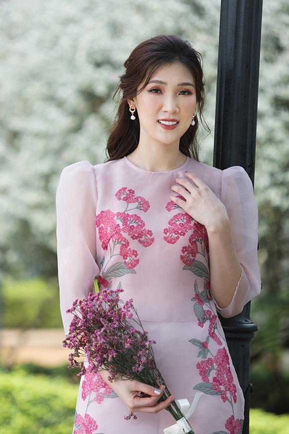 Đã là bà mẹ 2 con nhưng Phí Thùy Linh vẫn giữ được vóc dáng cân đối nên đắt show làm người mẫu.