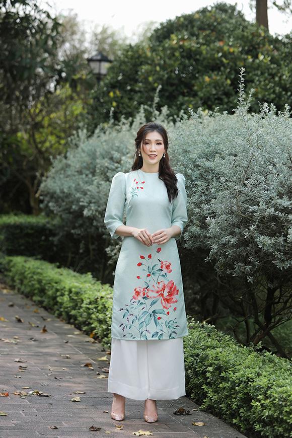 Bên cạnh những mẫu áo voan, Phí Thùy Linh giới thiệu nhiều thiết kế in các loại hoa khác nhau, phù hợp với không khí tươi vui của mùa xuân.