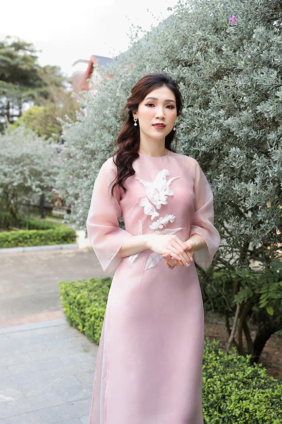 Mẫu áo dài voan đính hoa 3D màu hồng pastel là gợi ý dành cho những chị em sở hữu vóc dáng mảnh mai.