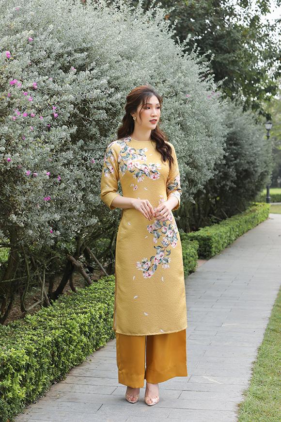 Phí Thùy Linh thường chọn quần màu trắng hoặc ton sur ton với áo dài để tạo nên tổng thể hòa hợp.