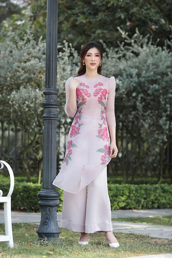 Người đẹp giới thiệu những thiết kế áo dài cách điệu có màu sắc trang nhã, nữ tính.