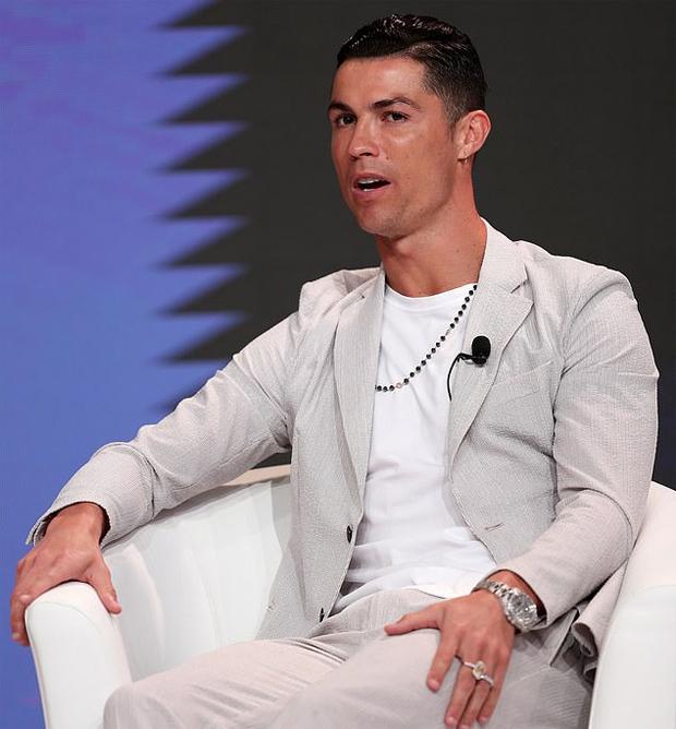 C. Ronaldo đeo hai nhẫn và đồng hồ Rolex đắt giá trong lễ trao giải ở Dubai hôm 29/12/2019. Ảnh: EPA.