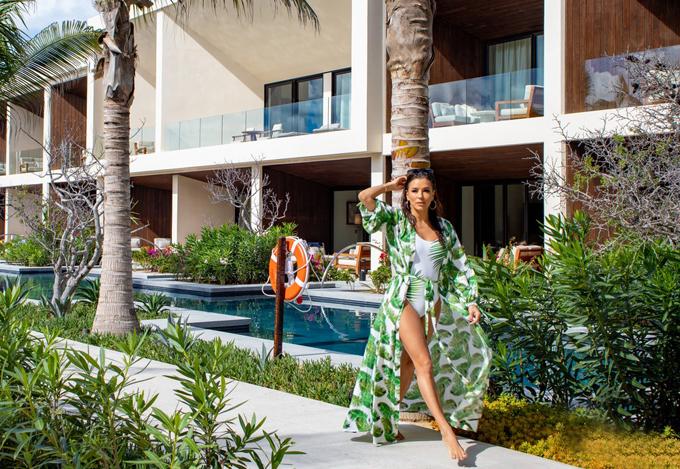 Dù kết hôn với ông chủ hãng truyền hình Televisa giàu có, bà nội trợ kiểu Mỹ vẫn không ngừng làm việc. Cô đảm nhiệm vai trò sản xuất và diễn viên trong phim truyền hình Grand Hotel. Ngoài ra, Eva Longoria cũng góp mặt trong phim điện ảnh Sylvies Love công chiếu trong năm nay.