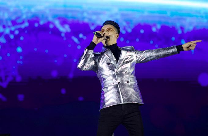 Hoàng Bách cháy hết mình trong đêm nhạc thu hút hơn 12.000 khán giả.