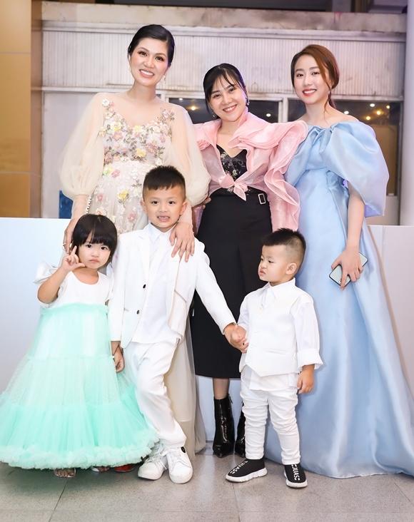 Bà mẹ đông con nhất showbiz Việt - Hoa hậu Oanh Yến (trái) - cũng góp mặt tại sự kiện.