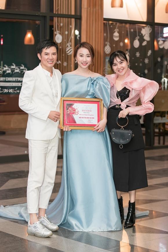Diễn viên Nhất Hương (phải), chị gái của Tam Triều Dâng, đến chúc mừng Loan nhận giải.
