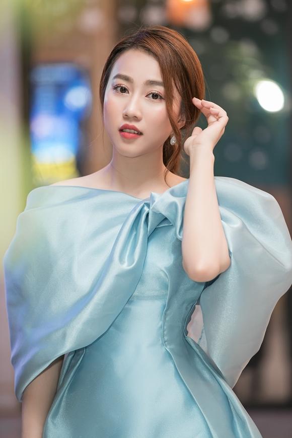 Chiếc đầm màu xanh pastel mà Huỳnh Hồng Loan chọn mặc được Đỗ Mỹ Linh diện trong một sự kiện trước đó. Cô không ngại khi đụng hàng Hoa hậu Việt Nam 2016 vì cho rằng mỗi ngườikhoác lên mình bộ trang phục này sẽ toát lên vẻ đẹp khác nhau.