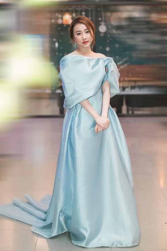 Loan make up tone nhạt và không mang phụ kiện để khoe trọn vẻ duyên dáng, nữ tính của chiếc đầm kiểu công chúa.