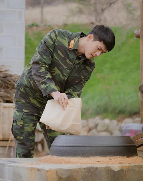 Ri Jung Hyuk bề ngoài lạnh lùng nhưng luôn ghi nhớ từng thói quen của cô nàng Hàn Quốc từ trên trời rơi xuống. Biết được Se Ri thích uống cà phê ngon, đại úy Ri đặt mua riêng từng gói cà phê hạt, sau đó tự tay rang bằng nồi đất nung tại nhà rồi giã bằng cối đá.