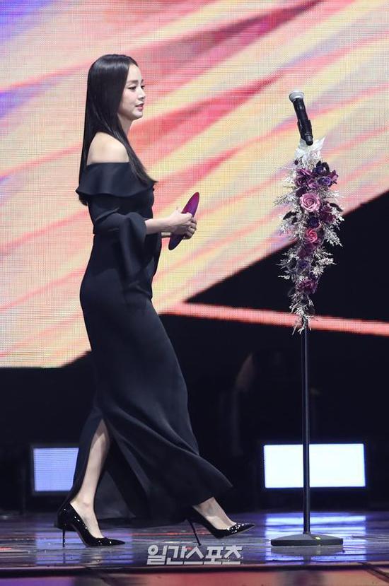 Tối 6/1, Kim Tae Hee bất ngờ xuất hiện trên sân khấu Golden Disk Award 2019, sự kiện do tổ chức tại Seoul, Hàn Quốc hôm 6/1. Đây là lần đầu tiên ngôi sao Hàn dự một sự kiện lớn, kể từ sau khi sinh con gái thứ hai vào cuối năm ngoái.