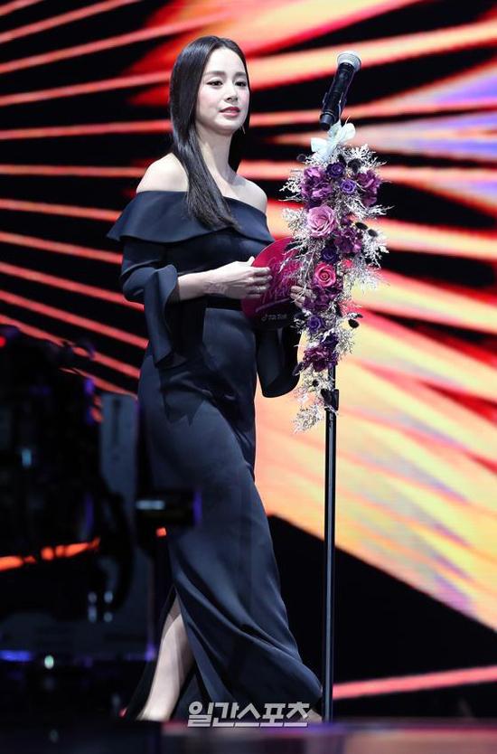 Kim Tae Hee để lộ thân hình chưa thực sự thon thả, sau 4 tháng sinh nở. Mới sinh con nhưng ngôi sao Hàn đã quay trở lại đóng phim. Năm nay, cô được mời tới Golden Disk Award 2019 với vai trò người trao giải cho hạng mục Best Album. Cô xuất hiện tại ngày thứ hai của sự kiện với trang phục rộng rãi, gương mặt trang điểm nhẹ nhàng.