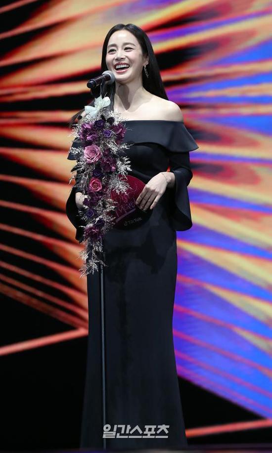 Trên sân khấu trao giải, Kim Tae Hee rất rạng rỡ. Cô nói, trong 20 năm gia nhập làng giải trí, cô trải qua nhiều thời khắc khó khăn, mệt mỏi trong cuộc sống. Tuy nhiên, âm nhạc đã xoa dịu tâm hồn cô, giúp cô có sức mạnh vượt qua những khó khăn.