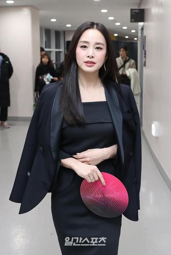 Kim Tae Hee trong hậu trường sự kiện. Kim Tae Hee là một trong các ngọc nữ của màn ảnh Hàn Quốc, bắt đầu nổi tiếng giữa những năm 2000. Tên tuổi của cô gắn liền loạt phim Nấc thang lên thiên đường, Chuyện tình Harvard, Mật danh Iris... Nữ diễn viên kết hôn với ca sĩ Bi Rain năm 2017 và lần lượt sinh hai con gái.