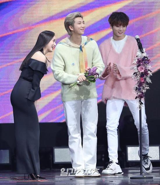 Nữ diễn viên xướng tên hai nhóm nhạc BTS và Super Junior cho hạng mục mình trao tặng.