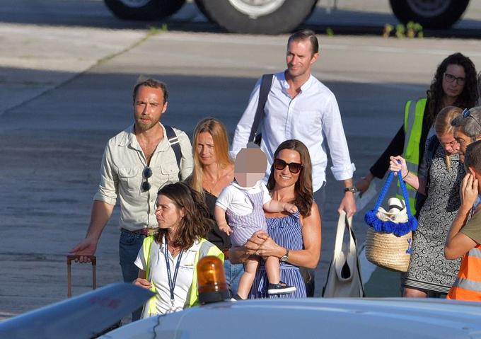 Pippa Middleton (đeo kính) bế con trai Aurthur, đi cùng chồng (áo trắng), em trai James Middleton và vợ sắp cưới Thevenet (tóc vàng) tại sân bay St Barts sáng 7/1. Ảnh: Backgrid.