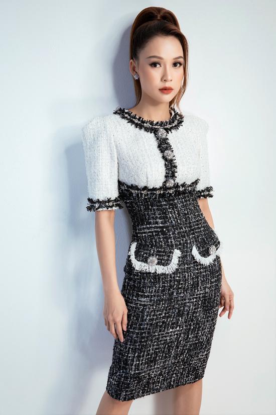 Song song với cách tận dụng vải tweed đơn sắc, Đỗ Long còn hòa trộn các chất liệu và tận dụng vải dệt kim tuyến để mang tới các kiểu đầm thanh lịch.