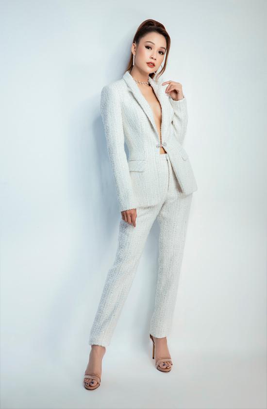Suit thiết kế trên chất liệu vải tweed tông trắng mang tới sự sang trọng và hiện đại cho người mặc.