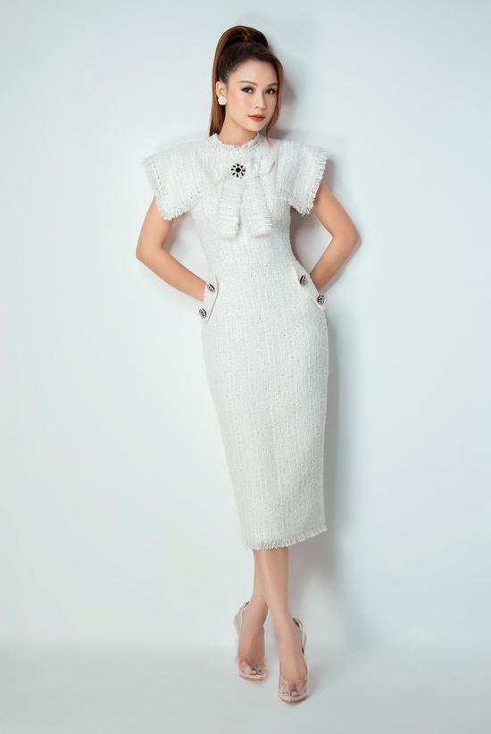 Váy liền thân dáng dài được Đỗ Long biến tấu không ngừng để mang tới sự đa dạng cho dòng váy đi tiệc.