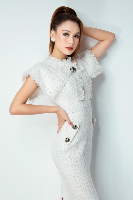 Giữ nguyên phom váy ôm sát bình thể, chiều dài qua gối, nhà mốt thể hiện sự đa dạng cho các chi tiết cổ, vai áo, ngực áo.