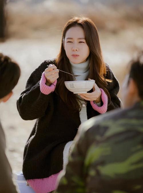 Trong tập 6, tại bữa tiệc chia tay Se Ri chuẩn bị quay trở về nhà,nhóm quân nhân Triều Tiên