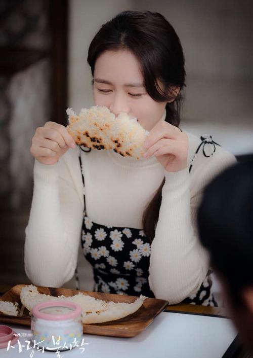 Vốn là tiểu thư lá ngọc cành vàng, Yoon Se Ri còn được gọi là công chúa kén ăn vì chỉ ăn những nhà hàng thuộc top Michelin nổi tiếng thế giới và dù đồ ăn ngon tới đâu, cô cũng chỉ ăn 3 miếng. Nhưng khi sa cơ lỡ vận nơi đất khách, cô nàng lại thích nghi rất nhanh với môi trường sống mới và thậm chí còn mê mệt món cơm cháy chấm đường giản dị. Tiểu thư Se Ri ăn liên tục 5 miếng và cũng không hiểu vì sao mình lại mê món ăn đơn sơ đạm bạc này.
