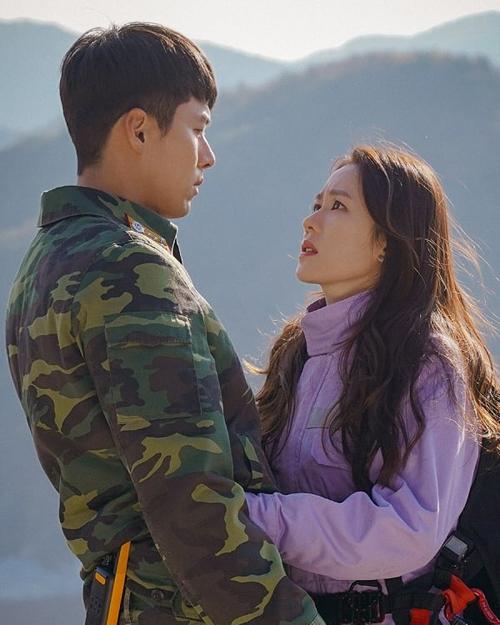 Bộ phim Hạ cánh nơi anh (Crash landing on you) của đài truyền hình Hàn Quốc tvN đang gây sốt ở nhiều quốc gia châu Á những ngày đầu năm. Bộ phim với sự góp mặt của
