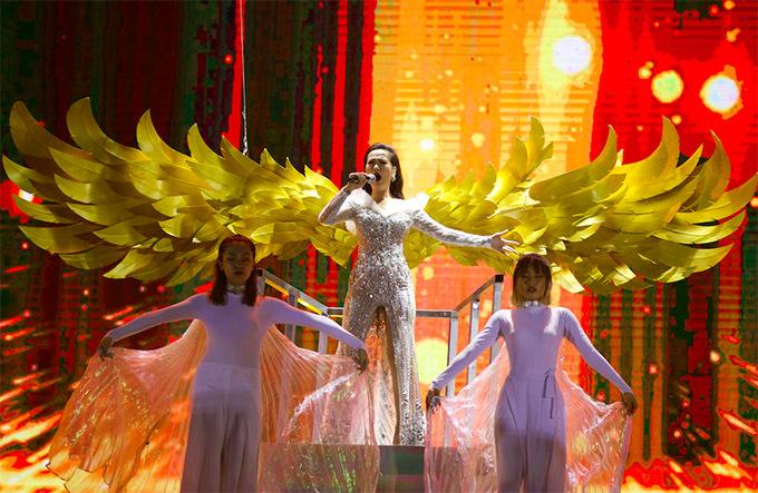 Võ Hạ Trâm mở màn sự kiện với hình ảnh chim phượng hoàng đang sải rộng đôi cánh.