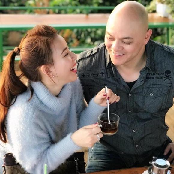 Hoàng Oanh tận hưởng cuộc sống an yên bên chồng.