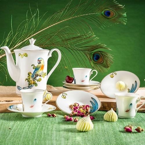 Bộ cà phê được nhiều người chọn mua tặng đối tác, bạn làm ăn dịp này. Hoa văn chủ đạo của bộ sản phẩm là chim Hoàng Yến - biểu tượng của vẻ đẹp hoàng gia và cuộc sống tròn đầy, suôn sẻ. Kiểu dáng, màu sắc của chim Hoàng yến ở mỗi sản phẩm đều khác nhau: lúc vỗ cánh, lúc đậu vắt vẻo trên cành cây... với thần thái linh hoạt tạo nên bức tranh sống động. Bộ sản phẩm được sản xuất trên dây chuyền công nghệ hiện đại, làm từ chất liệu sứ cao cấp, dày dặn. Mặt men láng bóng, chịu sốc nhiệt cao. Sản phẩm có giá 3,168 triệu đồng trên Shop VnExpress.