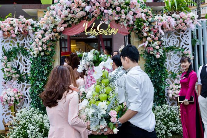 Trong ngày trọng đại, gia đình nhà trai đã đem tới 11 tráp lễ - số lượng tráp nhiều nhất theo phong tục cưới ở Huếsang nhà gái.